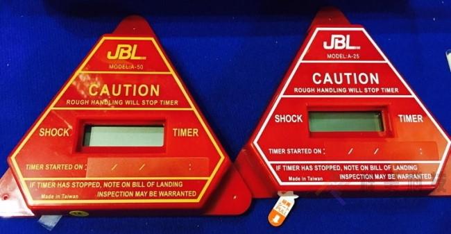 shocktimer 實際照片-為什麼傳統的震動或撞擊傳感器無法改善運輸質量?運輸中產品的損壞因素很多,包裝不當或粗暴地裝卸貨物等。有時可能無法從外部包裝查看內部產品,尤其是包裝極其沉重時。因此,無法及時發現產品的損壞, shocktimer 撞擊防震計時指示器 改善這運輸的問題。又稱作 shock timer , 衝擊指示器 , 震撞指示器