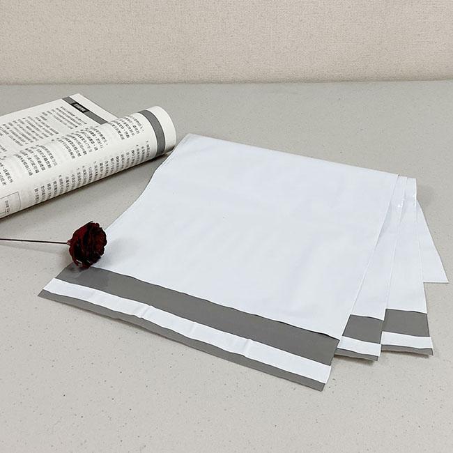 白色破壞袋-破壞袋【24x16cm】防水又承重 破壞袋又稱物流袋、快遞袋、為了保證袋子的保密性,在袋子的開口自黏部分,採用了特級的黏膠,一旦封口黏上後,需破壞性的撕開缺口才可開啟,故稱破壞袋。具有不透光的密封性使其擁有保密性質,且防水、耐重性佳,比一般的包裝袋耐用。