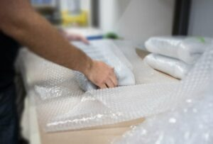 近幾年來, 緩衝包材的演變 ,從 傳統氣泡布演變 到至今 強力氣泡布, 強力氣泡布 不僅環保,它更是囊包了許多保麗龍的優點,甚至克服了保麗龍體積大的問題。它重量輕、緩衝效果好、適應性廣,有需要時再充氣,不用像傳統氣泡布一樣需要囤一整卷占空間,也有許多形狀,應用在填充箱中空隙、包裹商品、鋪箱子底部,不管是對於哪種產業,強力氣泡布 都有其用處。