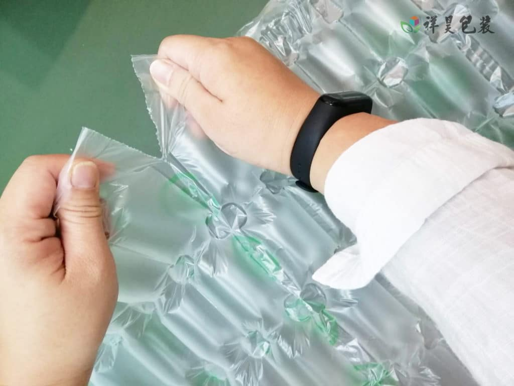 氣泡紙的正確使用方式 。一般在運輸的產品都離不開緩衝保護,市面上常見的緩衝包裝材料有氣泡墊、保麗龍、珍珠棉等。保麗龍、珍珠棉緩衝保護效果不錯,可惜需要很大的空間來存儲, 會增加企業的倉儲成本。 氣泡袋的操作方式 ,一般緩衝氣泡紙99%由空氣填充,1%的PE材料,受到外力衝擊時會收縮減震,保護產品不受影響,保證產品的運輸安全。還有 泡泡紙的應用教學 以及 泡泡袋的包裝方式 ,歡迎搜尋~