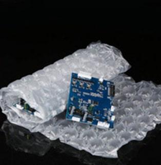祥昊包裝真心為您推薦最新發展出來的強力泡泡紙,氣泡不再像傳統氣泡紙一樣,氣泡太小緩衝效果較不足,還得裹上好幾層。強力泡泡紙的氣泡較大,讓您在包裝上不需要浪費太多氣泡紙,您只需要在產品上裹上一層泡泡紙就能讓您的商品受到360°的保護。強力泡泡紙有很好的緩衝及耐壓效果,除了兼顧包裝安全,讓人對包裝的美學有了更進一步的認識。強力泡泡紙除了具有成本效益並兼顧商品保護緩衝效果更強、有效降低物流成本,達到友善環境,以取代傳統氣泡紙、保利龍、發泡等緩衝包裝。