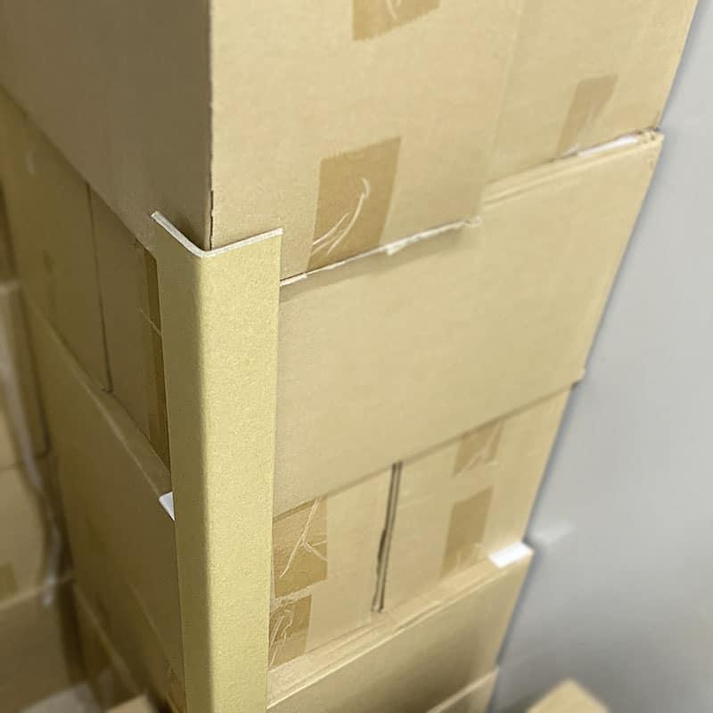 紙護角 也稱 護角紙板 、 邊緣板 、 角紙 、 瓦楞護角 、紙角鋼,由紗管紙和牛卡紙經成套護角機定型壓製而成,兩端面光滑平整,且相互垂直。可代替木材100%回收再利用,是理想的新型綠色包裝料。紙護角包裝角部防護材料,用以消除在搬運、入庫和運輸過程中對物品邊緣角落的損壞