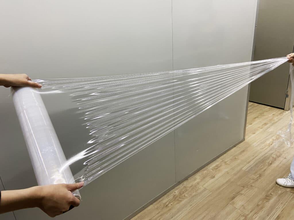 pe膜是什麼?可應用哪些包裝? PE膜 又稱 伸縮膜 、 拉伸膜 、 纏繞膜 ,廣泛用於各種貨物集中纏繞包裝,可降低運送過程中貨物的破損、倒塌,貨物經PE伸縮膜包裝可防水、防塵、透明度高,能容易地分辨被包裝貨物的品種。可運用在:棧板打包、紙箱打包、機器遮蓋、異形產品打包、產品表面保護。