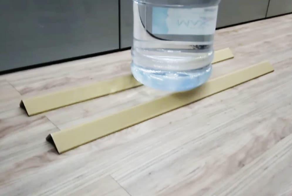 紙護角也稱護角紙板 、 邊緣板 、 角紙 、 瓦楞護角 、 紙角鋼 、帶扣角紙,由紗管紙和牛卡紙經成套護角機定型壓製而成,兩端面光滑平整、無明顯的毛刺,且相互垂直。可以代替木材100%回收再利用,是理想的新型綠色包裝材料。紙護角包裝角部防護材料,用以消除在搬運、入庫和運輸過程中對物品邊緣角落的損壞。