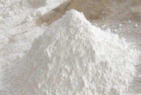 我們先從 乾燥劑的種類 說起,食品乾燥劑的種類 一共有以下幾種: 生石灰乾燥劑 , 矽膠乾燥劑 , 蒙脫石乾燥劑 , 氯化鈣乾燥劑 , 二氧化矽乾燥劑 ,而這麼多種類的乾燥劑當中,能夠 重覆使用 的只有 矽膠乾燥劑 而已。 矽膠乾燥劑 :主要的原料 「矽膠」 是一種高微孔結構的含水二氧化矽,無毒、無味、無嗅,化學性質相當穩定,且具有強烈的吸濕性能,是一種高活性吸附的材料。