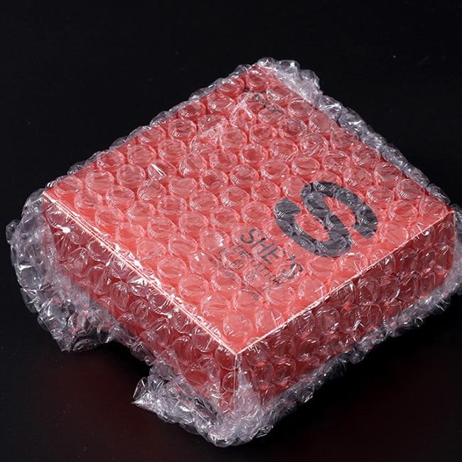 單層氣泡裁片 又稱為 氣泡膜切片 、 氣泡膜 、 氣泡片 、 氣泡袋 ,單層氣泡裁片使用高壓聚乙烯氣泡膜經過切膜加工後,把氣泡膜切成需要製袋的規格尺寸。其原理是以薄膜包含空氣使之形成氣泡來防止產品撞擊,確保產品受到震動時,可以起到保護的作用,適合各行各業的不同產品包裝。
