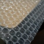 氣泡裁片怎麼用呢? 氣泡裁片有分朝裏朝外嗎? 使用 氣泡裁片 的產業別眾多,廣泛的運用在需要防碰撞、保護輕而易碎物品,還有電子防靜電效果等等,主要的用法如下:商品與商品間做阻隔。 包覆商品防碰撞 。 填充箱子空間 。一般使用者會利用有氣泡突起的一面來包裹物品,但「實際上無論用 任何一面的效果都是相同的」。氣泡裁片是較不費工的 包裝材料 且價格低廉的包裝材料。