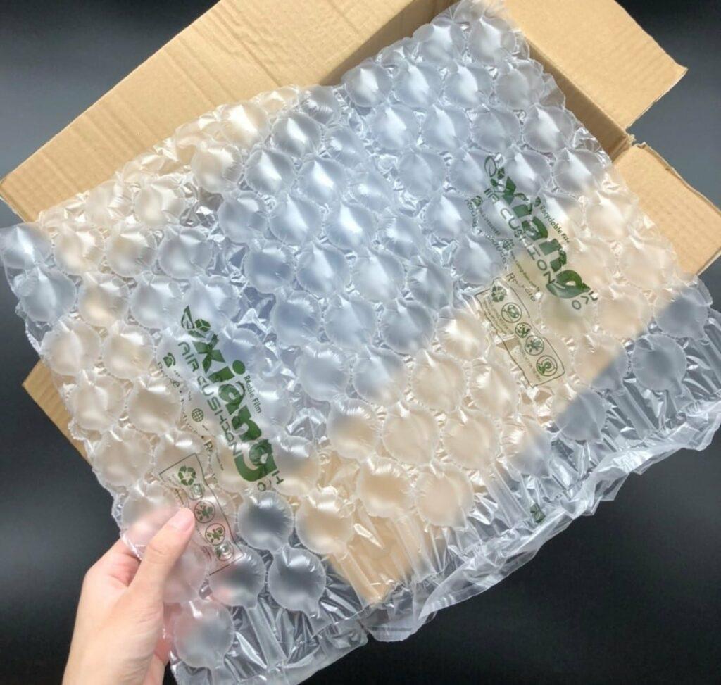 傳統氣泡紙與強力氣泡布的差別 傳統氣泡紙 的使用非常普及,現今仍舊有許多人在使用,然而, 氣泡布 使用上並不是非常完美。首先,它氣泡小很好包裹商品,同時也因為氣泡小,需要塞空隙時也浪費了許多氣泡布。近幾年來,嚴重的環境污染問題促使人們把目光轉移到 環保型緩衝包裝材料 的發展上,也就是我們目前所使用的 強力氣泡布 。強力氣泡布不僅環保,它重量輕、緩衝效果好、適應性廣,有需要時再充氣,不用像傳統氣泡紙一樣需要囤一整卷占空間。