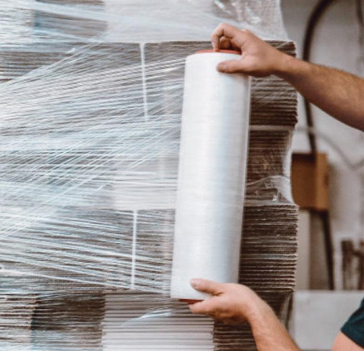 標題開始前先跟大家介紹 纏繞膜 ,又稱 棧板膜 、 打包膜 ,廣泛用於物流運輸業,棧板膜具有強力的伸縮度能將物品纏繞在一起,能降低在運輸中物品的遺失以及貨物之間的碰撞,棧板膜纏繞在物品外也形成了一種保護效果,能有效防水、防灰塵也能防止物品重量不一時會有傾斜的問題。該如何選擇棧板膜販賣的通路呢?最重要的是品質的保證,畢竟在網路上購買是無法看到實體,消費者也都會擔心品質的問題,又或是遇到無售後服務的業者,這些都是會讓消費者三思的。