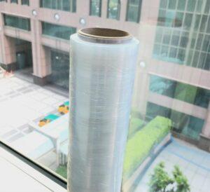 棧板膜材質如何區分?價格會有差異嗎?從密度可以看出 PE纏繞膜 與 PVC纏繞膜 哪個更經濟實惠。比如同樣的厚度PVC纏繞膜的用量=約1.5倍的PE纏繞膜用量。