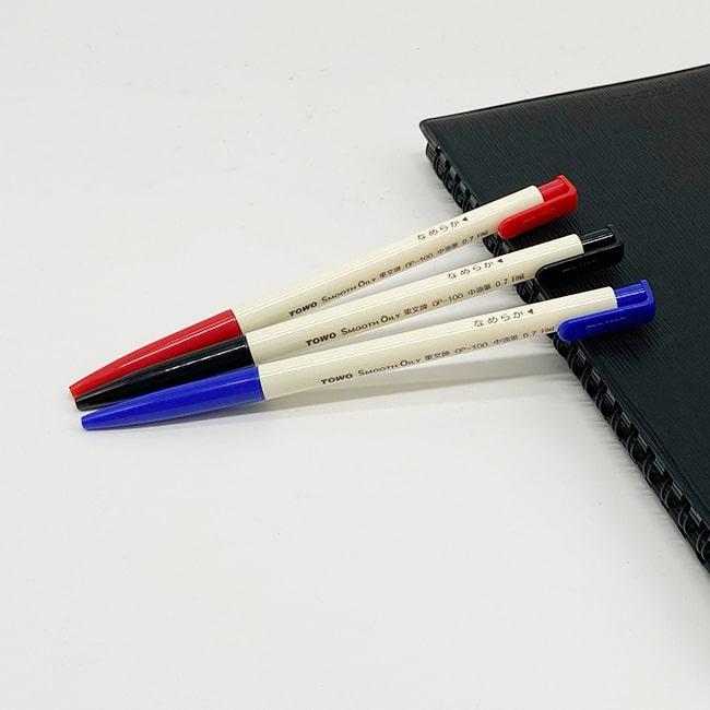 東文 OP100 中油筆 特色 / 所謂 中油筆 ,顧名思義是 中性筆 和 油性筆 的中合產物,他的油墨粘度接近中性筆,所以保持了中性筆的書寫流暢特性,寫後速乾,無沾手顧慮,但排除中性筆易斷墨過粘而不夠流暢的弊病,因此它比中性筆和油性筆寫起來更流利、更輕鬆,顏色更鮮豔、濃度更深,一上市即交出亮麗成績單。