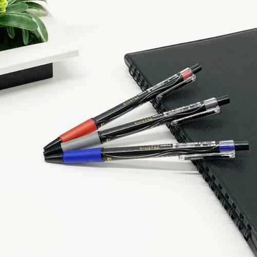 東文 BP1 黑珍珠中油筆 堪稱史上最強的 油性原子筆 ,備受矚目的一支可以在面紙上輕鬆書寫的好筆,推出實用性最高的三色,黑、藍、紅,掀起了書寫新革命。滑順、流暢,筆芯0.7mm,但卻可以隨時運筆的輕重,決定筆墨的表現粗細,可說是書寫科技的再進化代表。