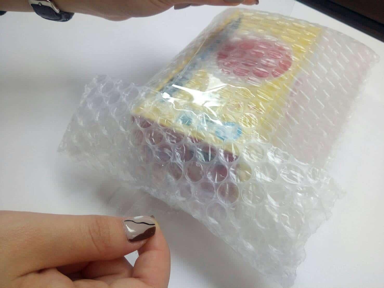 傳統氣泡布,也有人稱為氣泡紙或是氣泡袋,是一種塑膠類也是較為常見緩衝包裝材料。 氣泡袋可分為單層氣泡袋與雙層氣泡袋,氣泡的大小分為兩種,大氣泡(直徑2.5cm),小氣泡(直徑1cm),一般常見於產品的包覆、包裝,能有效預防碰撞、刮傷、還能填充空間等等。