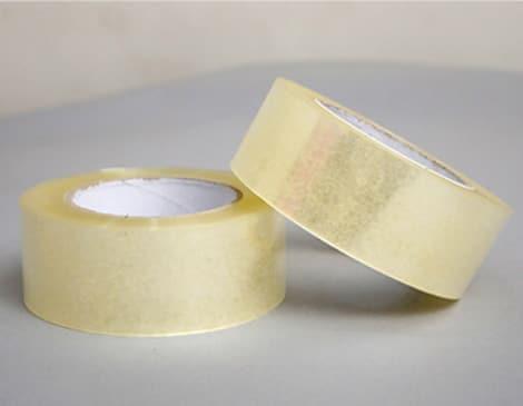 BOPP封箱膠帶,可稱為OPP膠帶,BOPP膠帶是由BOPP薄膜與黏膠兩類組合而成。 封箱膠帶是我們日常中常看見的也常使用的工具用品, 不管是企業公司還是個人使用,可運用在搬家、包裝商品上、 也有許多業者會在膠帶上印刷等字樣,膠帶是可以廣泛利用的工具用品。