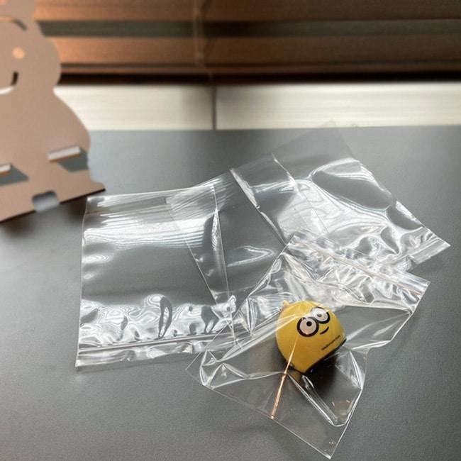 PP夾鏈袋的三大優點: 材質安全: 採用PP材質製袋,製程中高溫殺菌後,一體成形完成製袋,安全有保障。 使用高溫檢測,無重金屬、塑化劑等物質。 外型美觀: 透明、透亮的材質,使商品放入後能瞬間升級內容物的質感與品質。 方便好收納 : 內容物放置夾鏈內,按壓夾鏈後,簡單阻絕灰塵進入,成功阻絕螞蟻昆蟲等小生物入內, 將袋內空氣排出後有簡易防潮功效,不僅方便收納,還能隔離空氣中的髒污。