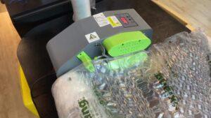 氣泡袋充氣機【如何預防】膠膜跑膜? 在使用氣泡袋充氣機時,以下是幾種可能造成跑膜的原因:膠膜進氣孔要在範圍2cm,正負0.2cm是正常的。參數的設定沒有按照建議參數。輪帶斷裂。