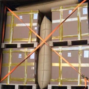 貨櫃充氣防撞袋 可用於貨櫃內棧板與棧板間的擺放,因貨物大小不依而產生的空隙填充,有效的應用在貨櫃運輸中的海運、一般運輸、貨櫃車的運輸路途中,貨櫃充氣防撞袋目的是固定貨物與貨物間的木箱或棧板,防止來自外力的側邊及縱向和頂部的垂直壓力,以減少運輸途中產生的碰撞、損壞、傾倒等狀況發生,且可重覆回收使用