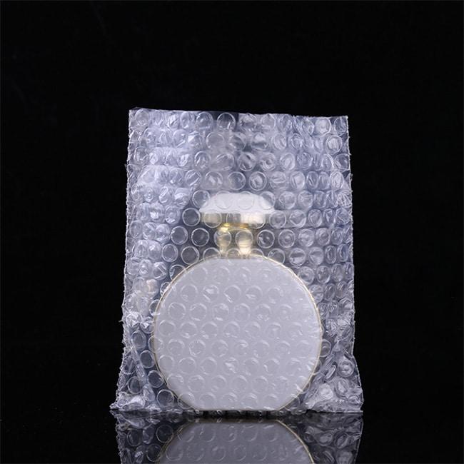 EPE泡棉又稱珍珠棉、舒美布,是由高科技機台製造,擁有高度抵抗戳裂、撕裂、和碰撞之功能。由低密度聚乙烯 (LDPE) 經過物理發泡產生無數的獨立氣泡所構成,純白色又帶有光澤,柔軟的材質可以提供很好的保護。氣泡紙是一種塑膠包裝材料,一般呈透明狀,上面布滿注入空氣的小氣泡,又稱為氣泡布或泡泡紙,由於有效緩衝