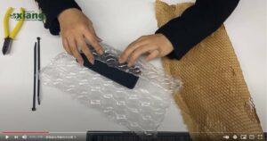 今天要來介紹緩衝包材除了一般的包裝方法,其實還有許多創意又美觀的包裝方式,下面介紹兩種緩衝包材的創意包裝運用,那就讓我們一起來進入以下的影片吧!!!蜂巢紙是甚麼?蜂巢紙緩衝,為新一代紙緩衝,可取代氣泡布、水果套袋、舒美布等。不使用時跟一般A4影印紙的厚度差不多但是只要拉開後,便有相當效果的緩衝功能。