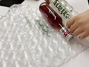緩衝強力氣泡布 緩衝強力氣泡布是一種塑膠緩衝包裝材料,又稱為緩衝泡泡紙、氣泡紙、氣泡包裝紙、氣墊布。 相比於傳統氣泡布,強力氣泡布強度更好,有預製點斷線,好撕好用。由於氣泡能有效緩衝、吸震,避免包裹碰撞,在運送途中造成商品毀損,因此通常用來包紮易碎或不耐衝擊的物品。